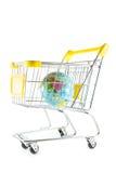 Jordklotet modellerar i shoppingvagn på vitbakgrund Fotografering för Bildbyråer