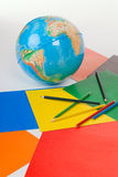 Jordklotet, papper, blyertspennor Royaltyfri Bild