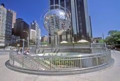 Jordklotskulptur framme av hotellet och tornet för trumf det internationella på den 59th gatan, New York City, NY Arkivfoto