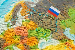 Jordklotöversiktsdetalj Ryssland med den ryska flaggan Royaltyfria Bilder