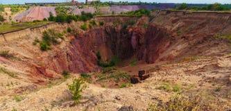 Jordkollaps på dagsljuset Kriviy Rih, Ukraina arkivbild