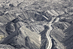 Jordlagerhögar i en kolgruva Arkivbild
