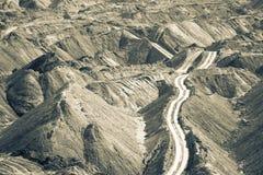 Jordlagerhögar i en kolgruva Royaltyfri Foto