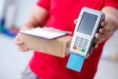 Jordlottleveransen som betalas med pos. och kreditkorten Royaltyfri Fotografi