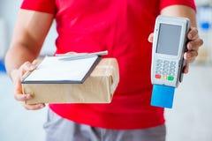 Jordlottleveransen som betalas med pos. och kreditkorten Royaltyfria Bilder
