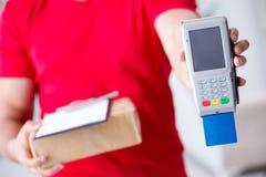 Jordlottleveransen som betalas med pos. och kreditkorten Arkivbilder