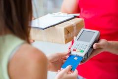Jordlottleveransen som betalas med pos. och kreditkorten Royaltyfria Foton