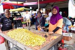Jordnötsäljaren säljer den ångade jordnöten på vägsidan i Seremban, royaltyfri fotografi