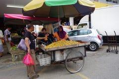 Jordnötsäljaren säljer den ångade jordnöten på vägsidan i Seremban, royaltyfri bild