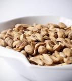 Jordnötter i bunke Arkivfoto