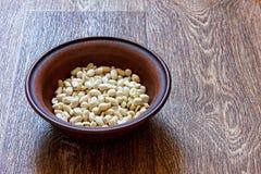 Jordnötter i en platta på trätabellen royaltyfri foto