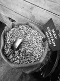 Jordnötter i en svartvit säck Arkivfoton