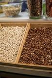 Jordnötter i en träspjällåda Jordnötter är en värdefull olje- skörd 47 till 54% av högkvalitativa fetter, proteiner 20-37% och ko Arkivfoton