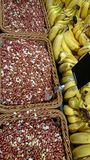Jordnötter i korgen och de mogna bananerna Smaklig och sund mat Foto av mat överst royaltyfria foton