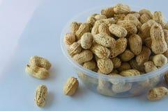 Jordnötter kärnar ur Många jordnötter i skal för closedof för bakgrund 1ds jordnötter för mkii för eos blir grund upp Arkivbild