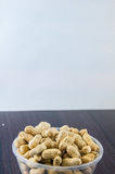 Jordnötter kärnar ur Många jordnötter i skal för closedof för bakgrund 1ds jordnötter för mkii för eos blir grund upp Royaltyfri Foto