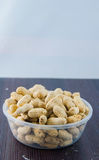 Jordnötter kärnar ur Många jordnötter i skal för closedof för bakgrund 1ds jordnötter för mkii för eos blir grund upp Royaltyfria Bilder