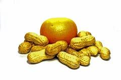 Jordnötter och mandarin som isoleras på vit bakgrund royaltyfri foto