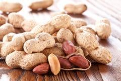 Jordnötter på en trätabell. Royaltyfri Bild