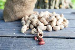 Jordnötter på tabellen Royaltyfria Foton