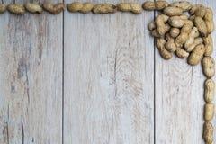 Jordnötter på trä texturerad yttersida Fotografering för Bildbyråer