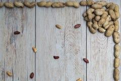 Jordnötter på trä texturerad yttersida Royaltyfri Foto