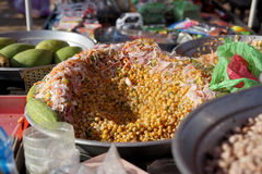 Jordnötter som är blandade med sojabönan, koriander, morötter, lökar och gurkor, indisk gatamat Royaltyfri Foto