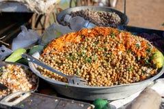 Jordnötter som är blandade med sojabönan, koriander, morötter, lökar och gurkor, indisk gatamat Royaltyfri Bild