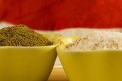 Jordning för kryddig smaklig spiskummin för smaktillsatser saltar brun i en keramisk bunke kryddat med stor kristallnärbild arkivfoton