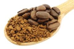 Jordningskaffe med kaffebönor i träsked Arkivfoton