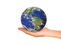 Jordplanet i den kvinnliga handen som isoleras på vit Arkivbilder
