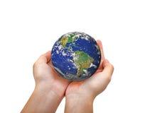 Jordplanet i den kvinnliga handen som isoleras på vit Royaltyfria Bilder