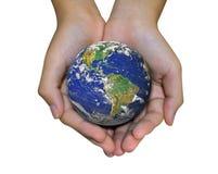Jordplanet i den kvinnliga handen som isoleras på vit Royaltyfri Fotografi
