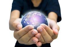Jordplanet i den kvinnliga handen som isoleras på vit Royaltyfri Bild
