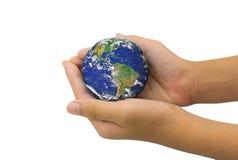 Jordplanet i den kvinnliga handen som isoleras på vit - beståndsdelar av denna Arkivfoton