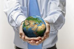 Jordplanet i händer Royaltyfri Foto
