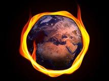 Jordplanet som bränner surronded av flammor Klimatförändring- eller miljöföroreningbegrepp royaltyfria bilder