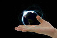 Jordplaneten som svävar över handen Arkivfoton