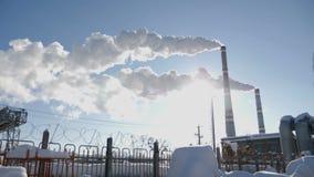 Jordproblem Rökande fabrikslampglas Begrepp för miljö- problem förorening för fabrik för luftbakgrund blå Stora städer Sikt av st stock video