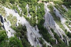 Jordpyramider i den franska Hautesen-Alpes arkivfoton