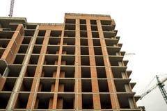 Jordsikt av en ny modern bostads- husbyggnad under konstruktion Fastighetutvecklingsbegrepp Mång- berättelsehem från Arkivbilder