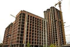 Jordsikt av en ny modern bostads- husbyggnad under konstruktion Fastighetutvecklingsbegrepp Mång- berättelsehem från Arkivbild