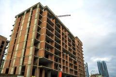 Jordsikt av en ny modern bostads- husbyggnad under konstruktion Fastighetutvecklingsbegrepp Mång- berättelsehem från Royaltyfria Bilder