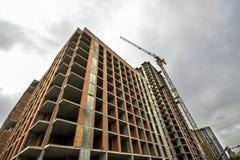 Jordsikt av en ny modern bostads- husbyggnad under konstruktion Fastighetutvecklingsbegrepp Mång- berättelsehem från Arkivfoto