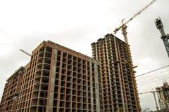 Jordsikt av en ny modern bostads- husbyggnad under konstruktion Fastighetutvecklingsbegrepp Mång- berättelsehem från Arkivfoton