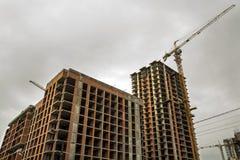 Jordsikt av en ny modern bostads- husbyggnad under konstruktion Fastighetutvecklingsbegrepp Mång- berättelsehem från Royaltyfri Foto