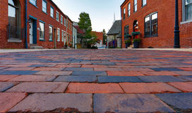 Jordsikt av gatan för röd tegelsten Arkivfoton
