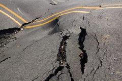 Jordskalv - förstörelsen av vägsprickan Arkivfoto