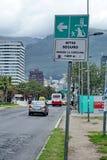 Jordskalvevakueringen undertecknar in Quito royaltyfri bild