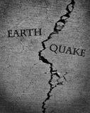 Jordskalvjordskalv med sprucket cement royaltyfri fotografi